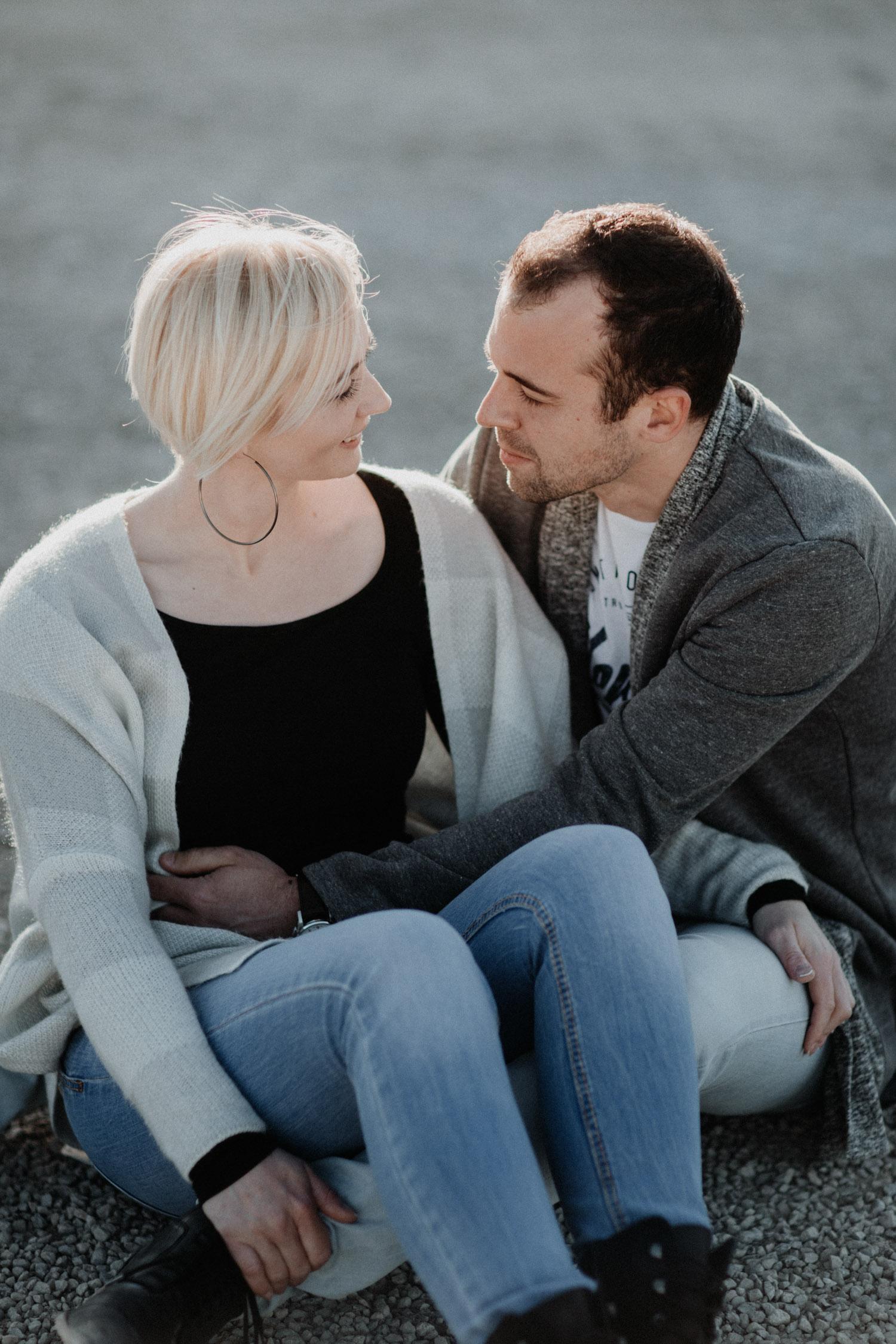 Paarshooting Aargau Schweiz Paarfotos natürlich ungestellt authentisch Fotografin Kieswerk Sanddünen Kiesgrube Verlobungsshooting