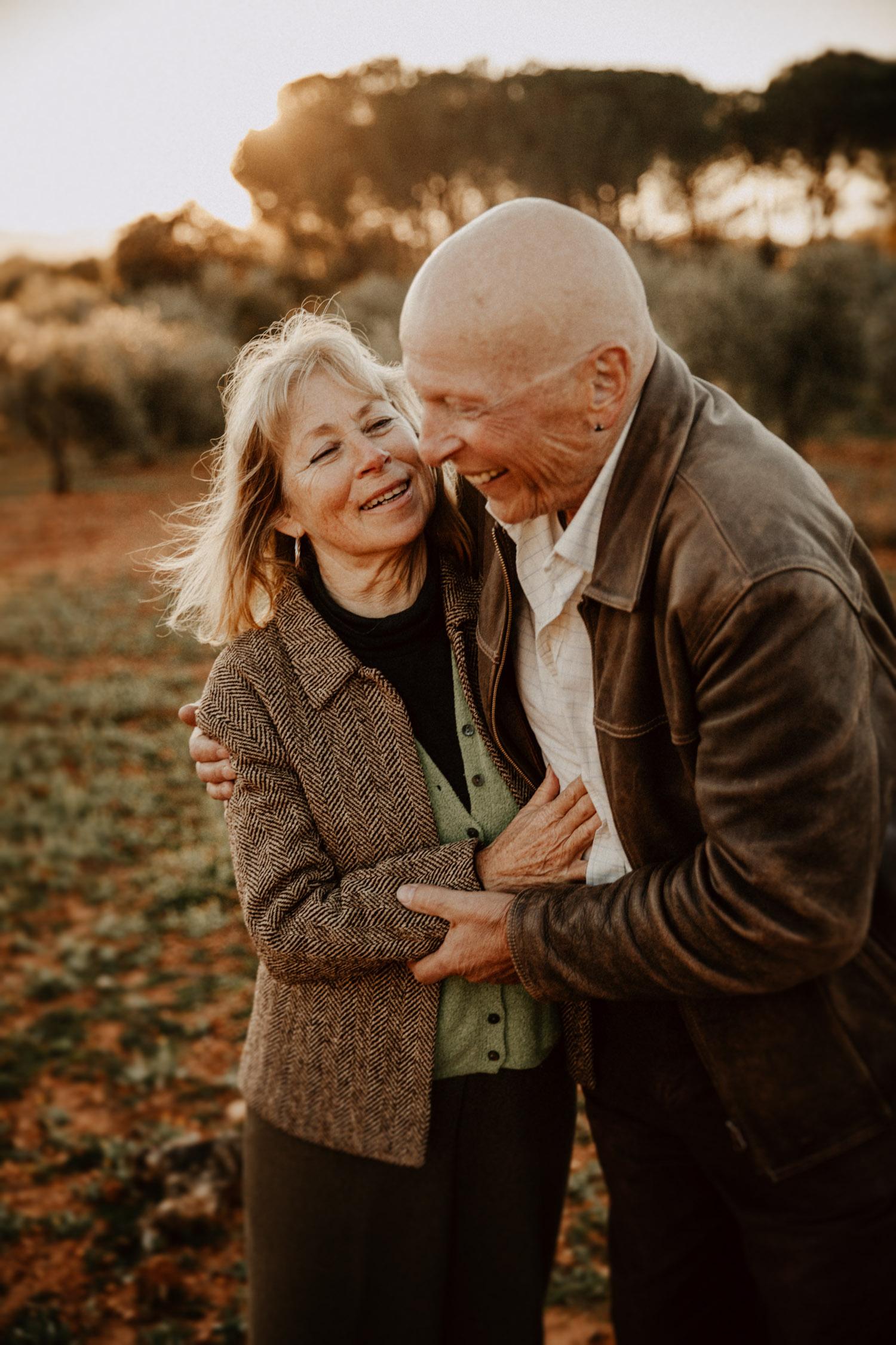 Paarshooting Andalusien Schweiz natürliche authentische ungestellte Paarfotos Sonnenuntergang Fotografin altes Paar Senioren