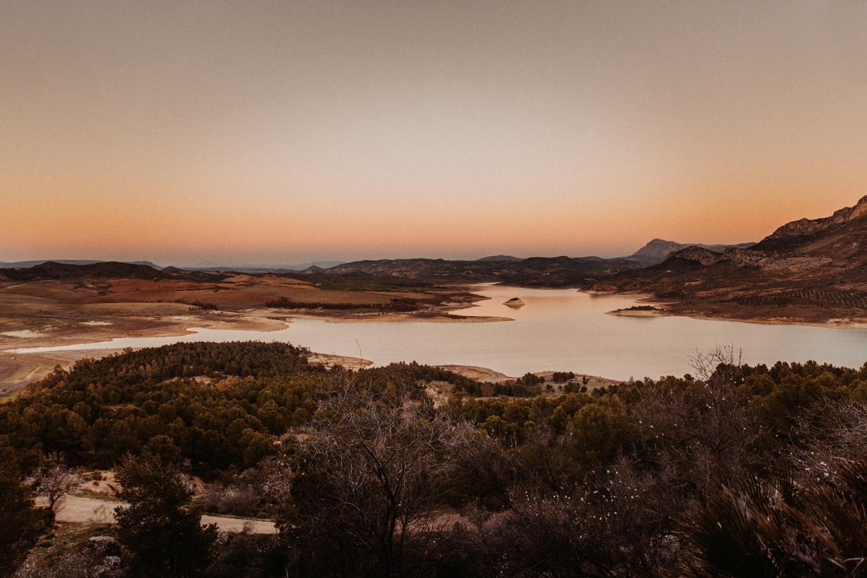 Paarshooting Andalusien Schweiz natürliche authentische ungestellte Paarfotos Sonnenuntergang Fotografin
