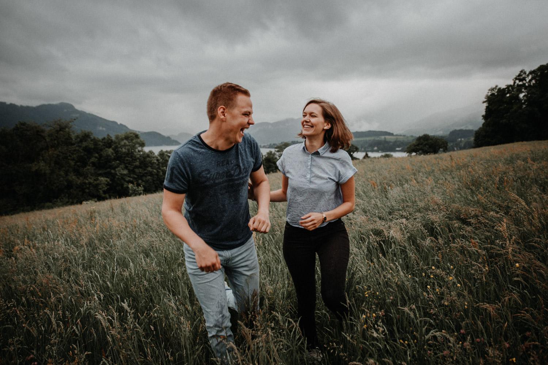 Paarshooting in Luzern Paarfotografin Schweiz  bewölkt Regenshooting natürliche Paarfotos ungestellt Vierwaldstättersee