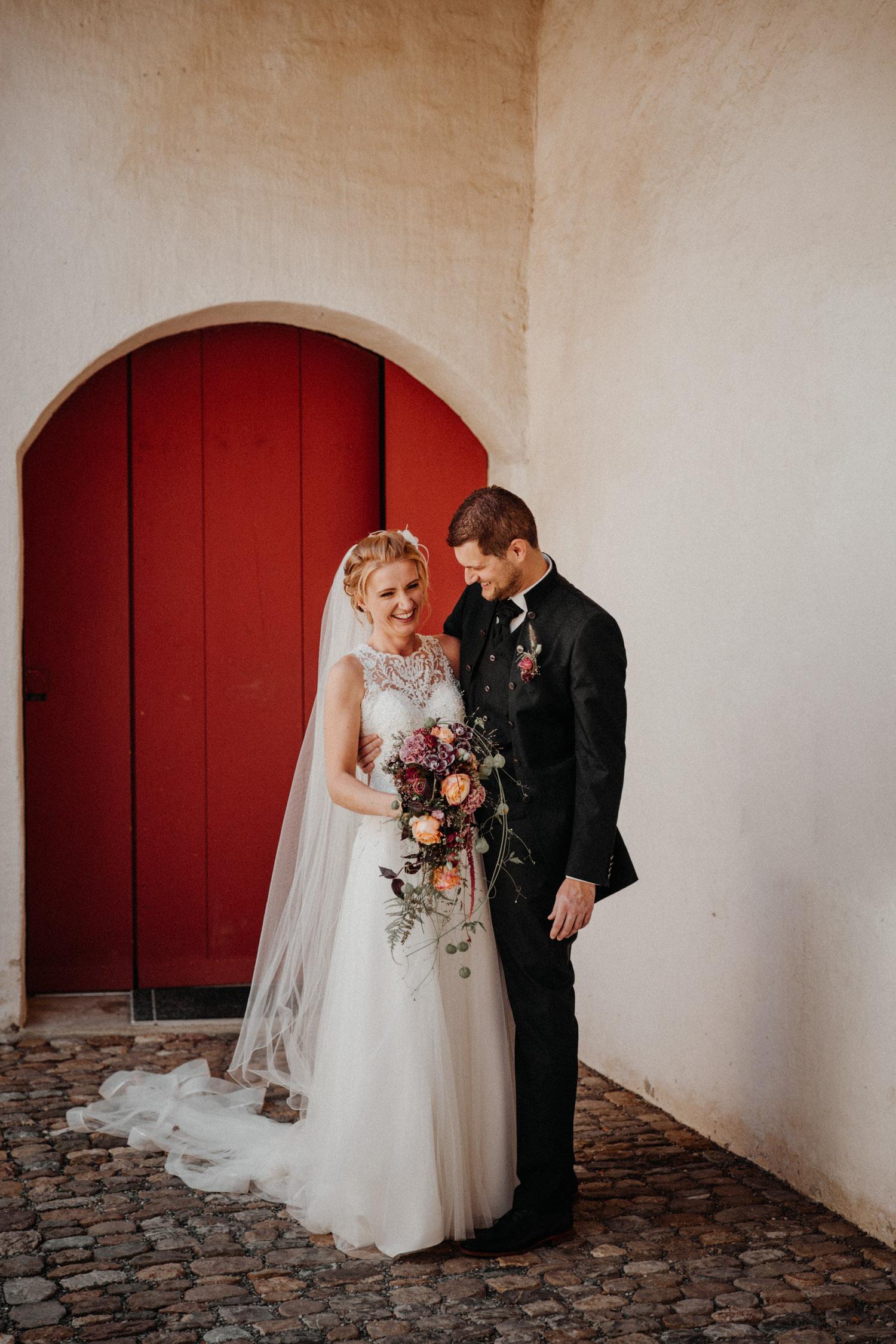 Hochzeitsfotografin Hochzeitsreportage auf dem Schloss Liebegg Schweiz Freie Trauung Aargau Brautpaarportraits ungestellt natürlich