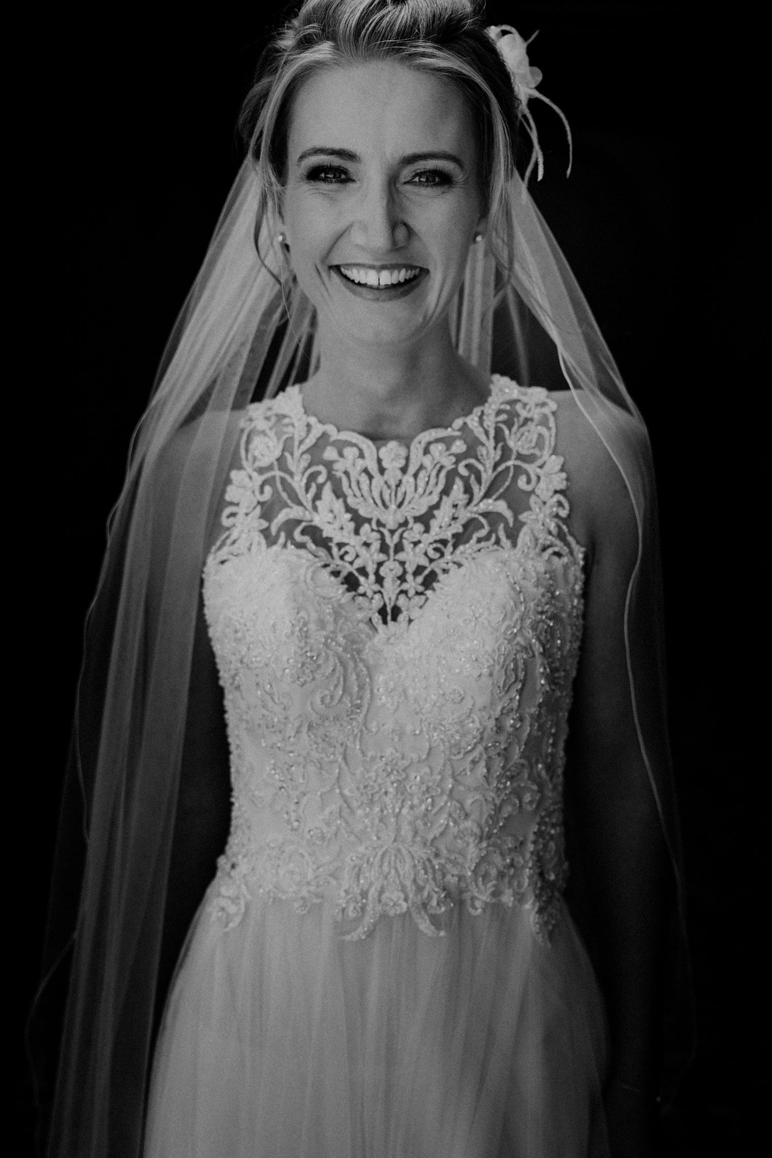 Hochzeitsfotografin Schloss Liebegg Schweiz Freie Trauung Aargau Brautpaarportraits ungestellt natürlich Braut