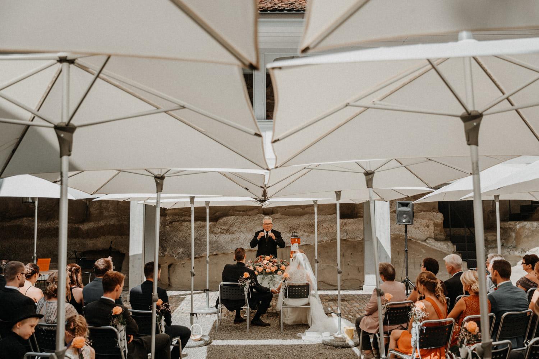 Hochzeitsfotografin Schloss Liebegg Schweiz Freie Trauung Aargau Hochzeitsreportage ungestellt
