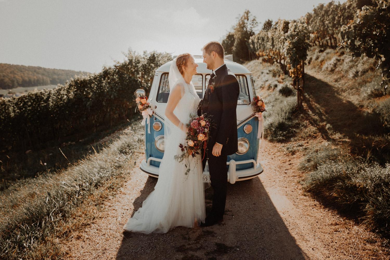 Hochzeitsfotografin Schloss Liebegg Schweiz Freie Trauung Aargau Brautpaarshooting natürlich ungestellt Hippiebus