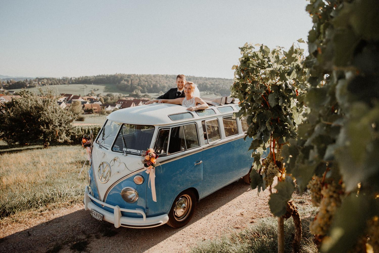 Hochzeitsfotografin Schloss Liebegg Schweiz Freie Trauung Aargau Brautpaarshooting natürlich ungestellt Rebberg Hippiebus