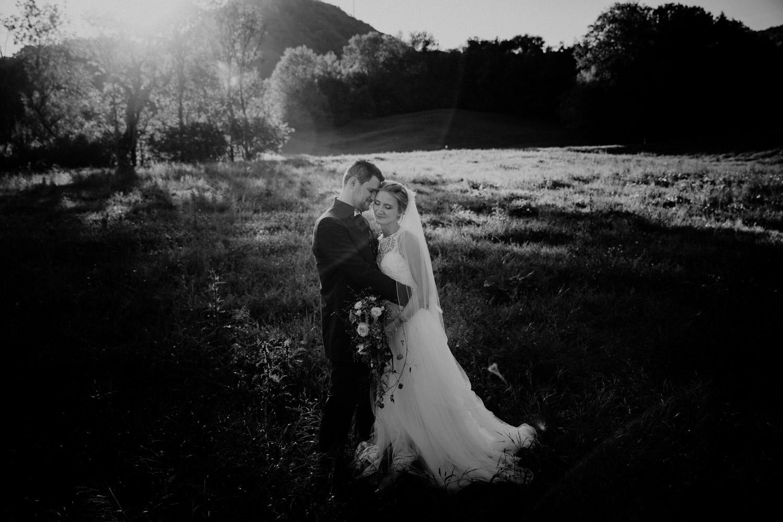 Hochzeitsfotografin Schloss Liebegg Schweiz Freie Trauung Aargau Brautpaarshooting natürlich ungestellt Rebberg