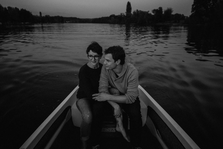 Paarshooting in Schaffhausen Boot Ruderboot Wasser Rhein Fluss Paarfotografin Schweiz natürlich ungestellt