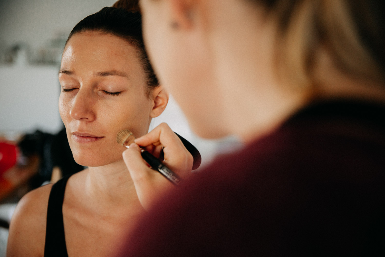 Hochzeitsfotografie Basel Schweiz Getting Ready Braut Make-Up Artistin Frisur