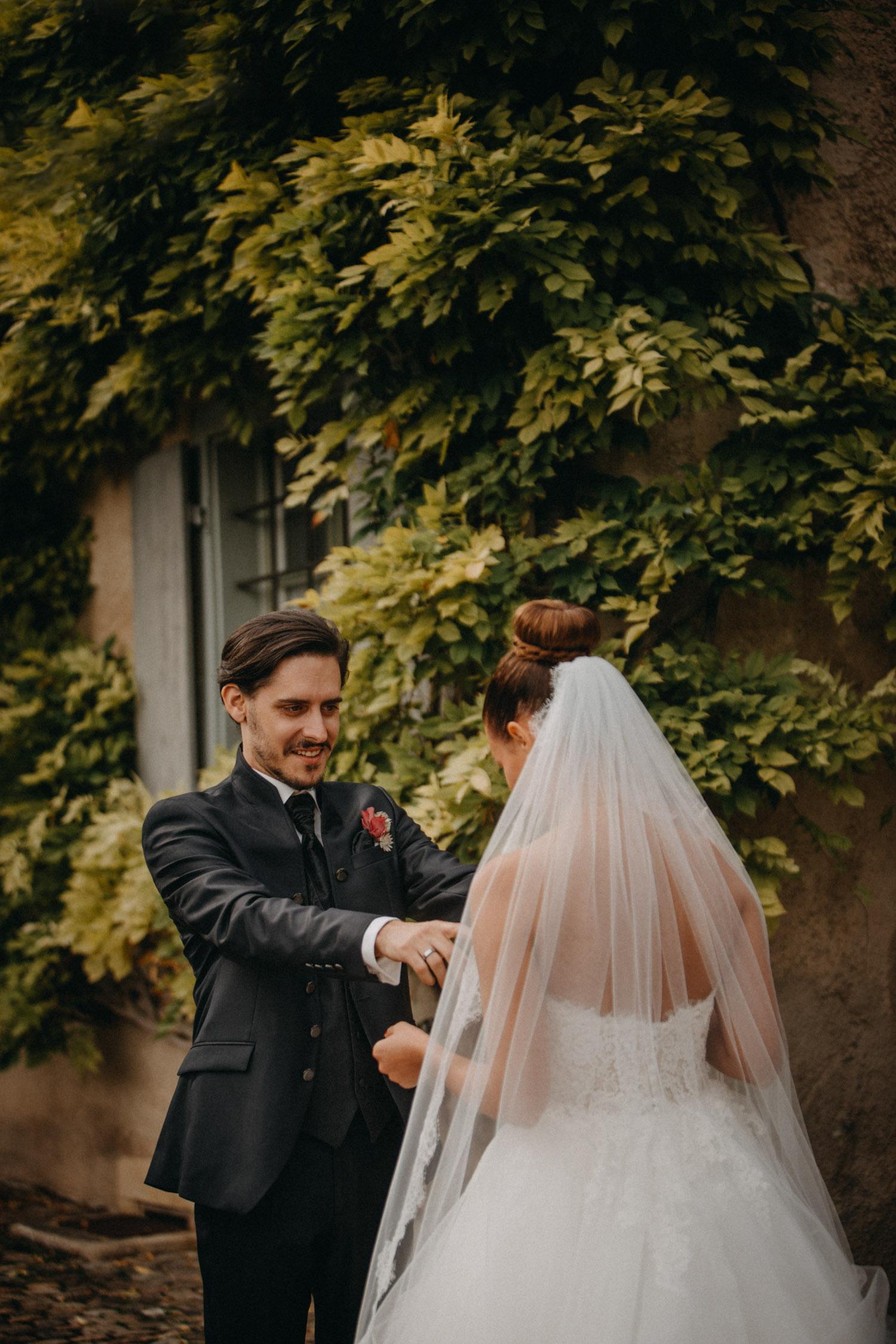 Hochzeitsfotografie Basel Schweiz First Look Braut Bräutigam Schloss Wildenstein emotional Tränen