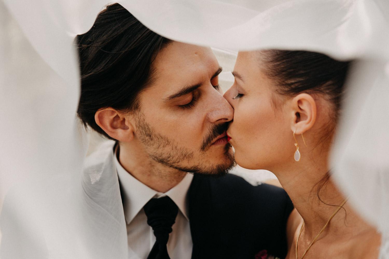 Hochzeitsfotografie Basel Schweiz First Look Braut Bräutigam Schloss Wildenstein natürliche Hochzeitsfotos Schleier Kuss