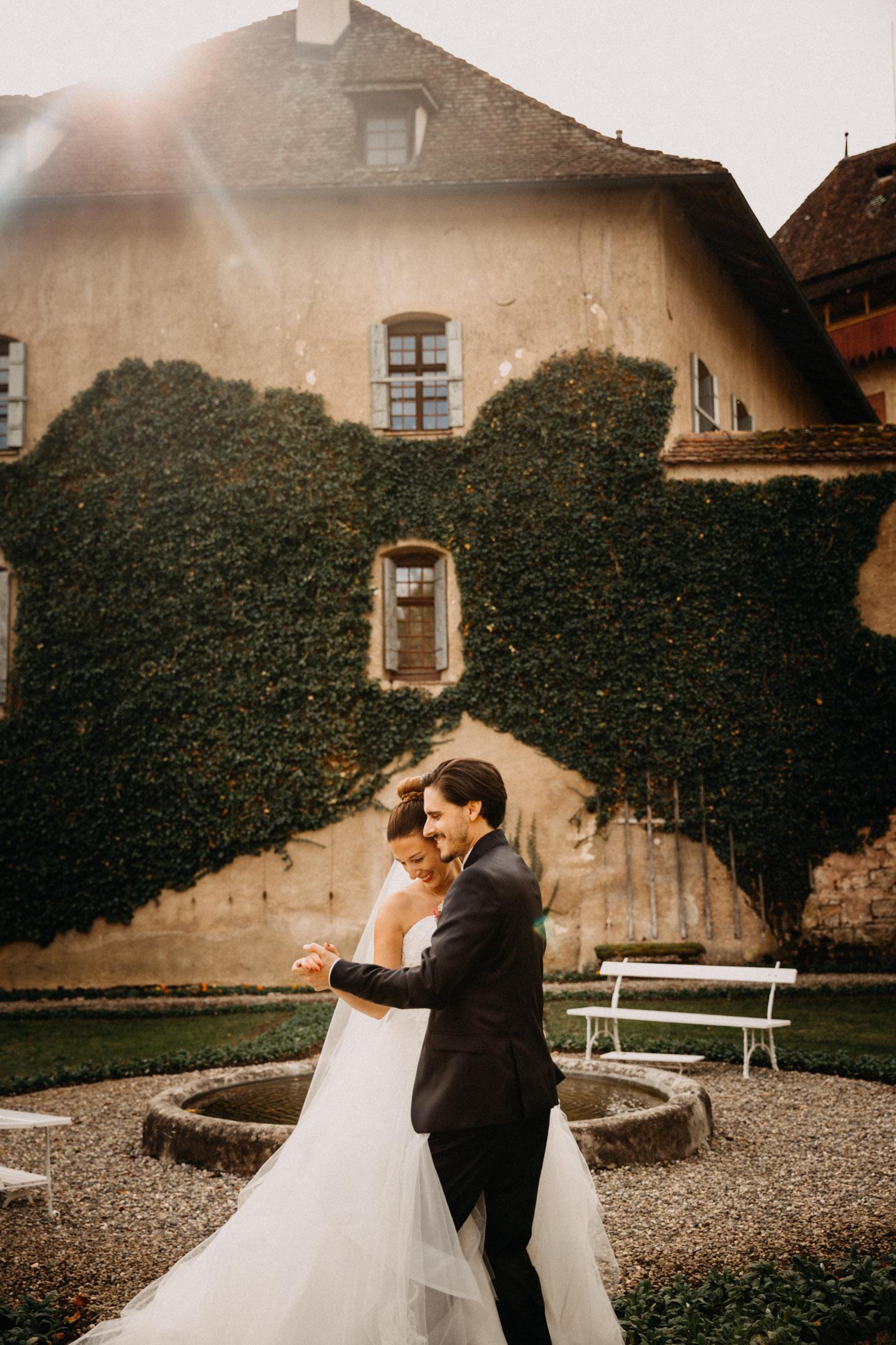 Hochzeitsfotografie Basel Schweiz First Look Braut Bräutigam Schloss Wildenstein natürliche Hochzeitsfotos