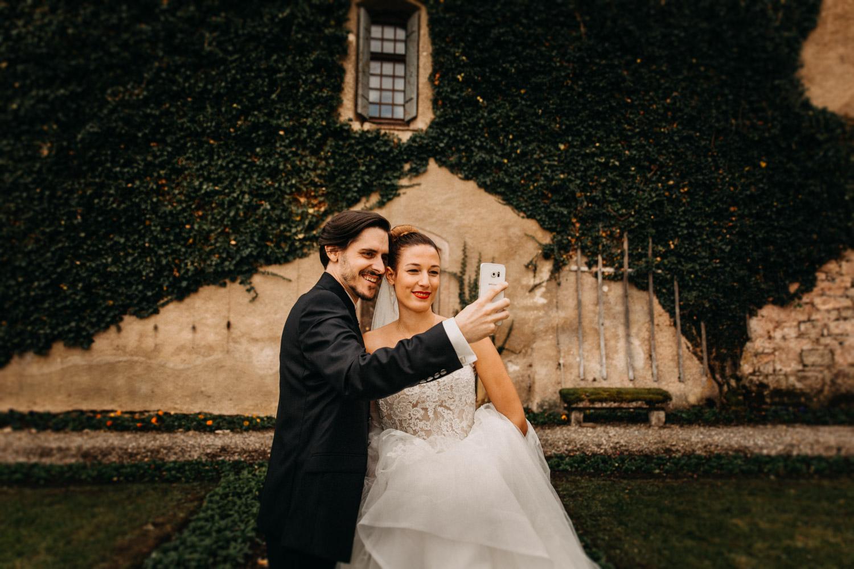 Hochzeitsfotografie Basel Schweiz First Look Braut Bräutigam Schloss Wildenstein natürliche Hochzeitsfotografie Selfie