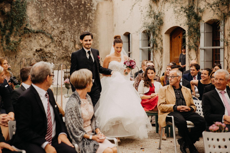 Hochzeitsfotografie Basel Schweiz Schloss Wildenstein Outdoor Trauung Freie Trauung Einzug Brautpaar