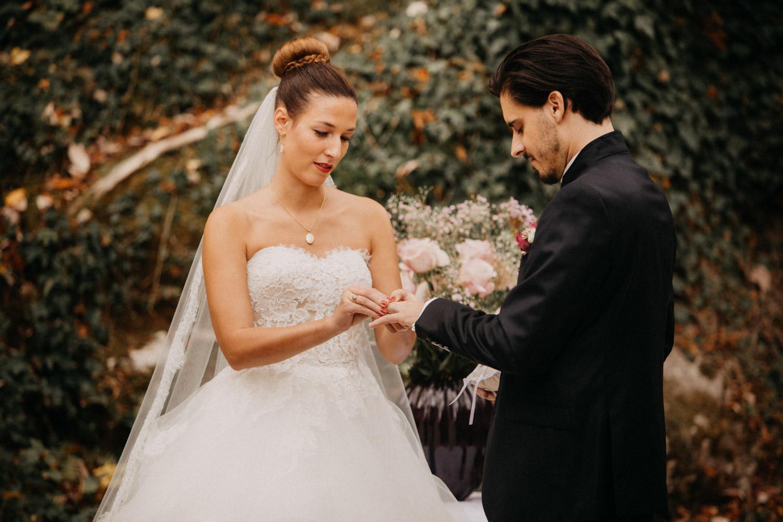 Hochzeitsfotografie Basel Schweiz Schloss Wildenstein Outdoor Trauung Freie Trauung Ringtausch