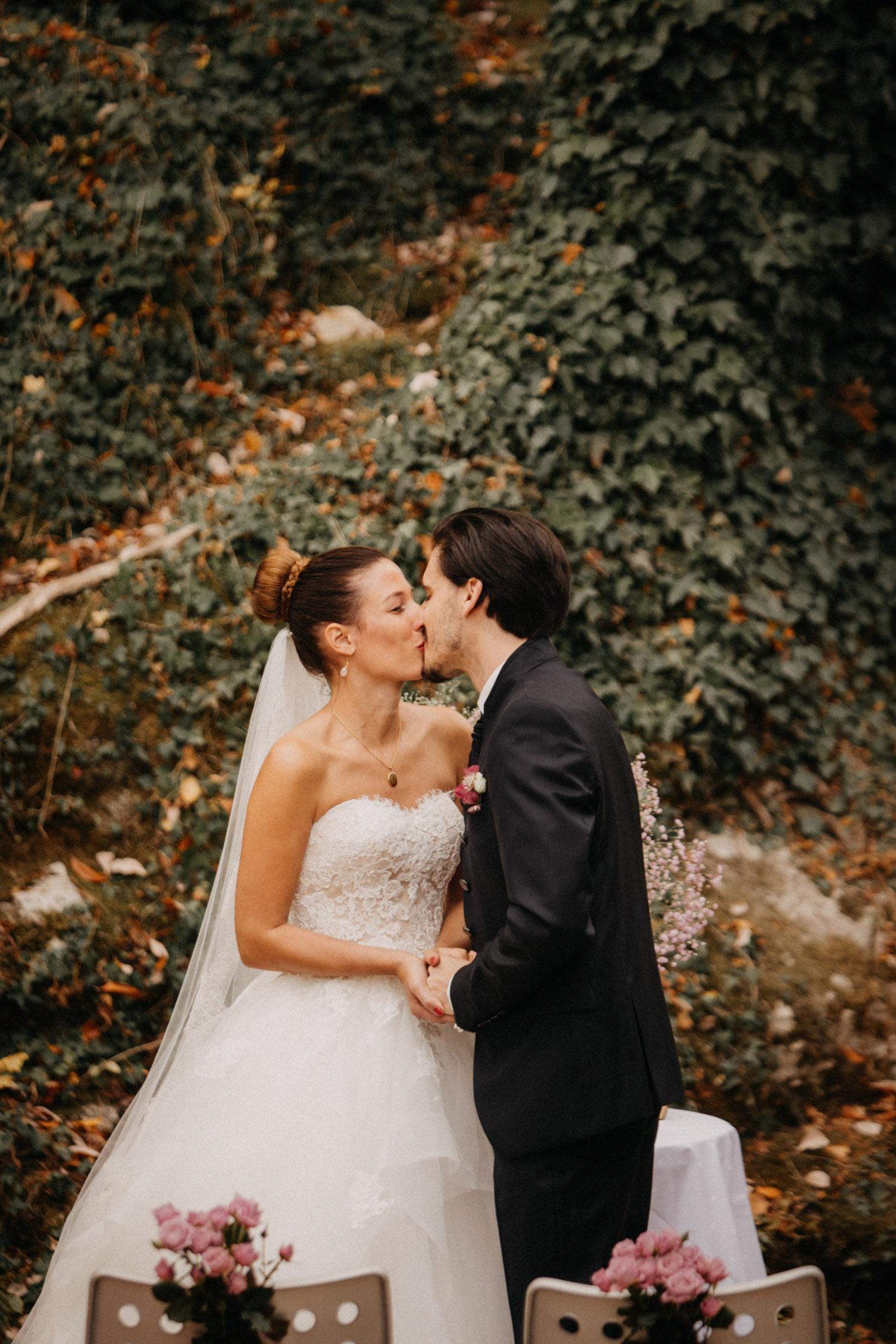 Hochzeitsfotografie Basel Schweiz Schloss Wildenstein Outdoor Trauung Freie Trauung First Kiss Kuss