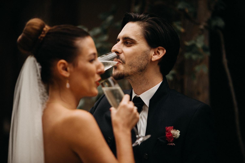Hochzeitsfotografie Basel Schweiz Schloss Wildenstein Outdoor Trauung Freie Trauung Champagner