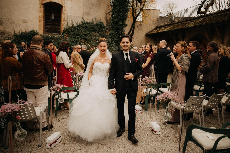 Hochzeitsfotografie Basel Schweiz Schloss Wildenstein Outdoor Trauung Freie Trauung Auszug Brautpaar