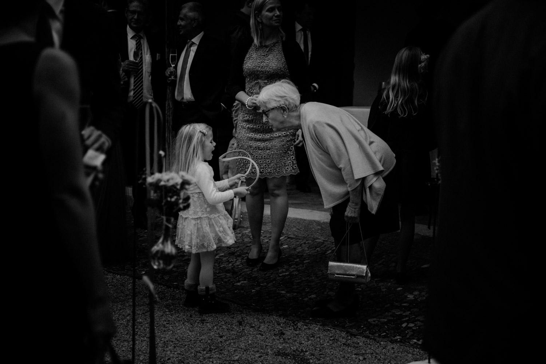 Hochzeitsfotografie Basel Schweiz Schloss Wildenstein Outdoor Trauung Freie Trauung Apéro