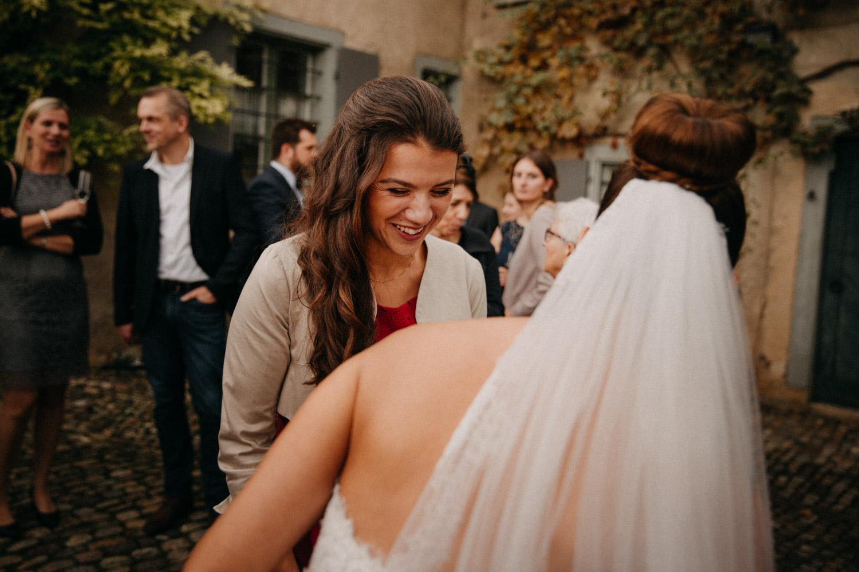 Hochzeitsfotografie Basel Schweiz Schloss Wildenstein Hochzeitsgäste Trauzeugin
