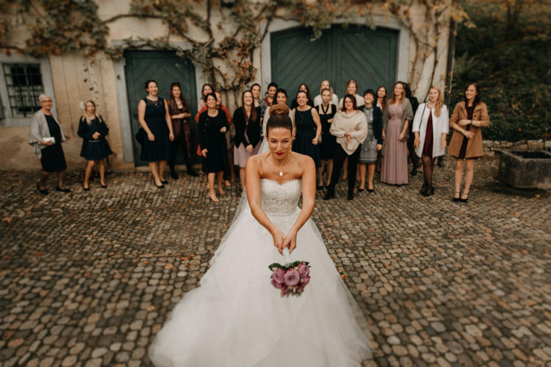 Hochzeitsfotografie Basel Schweiz Schloss Wildenstein Brautstrauss werfen