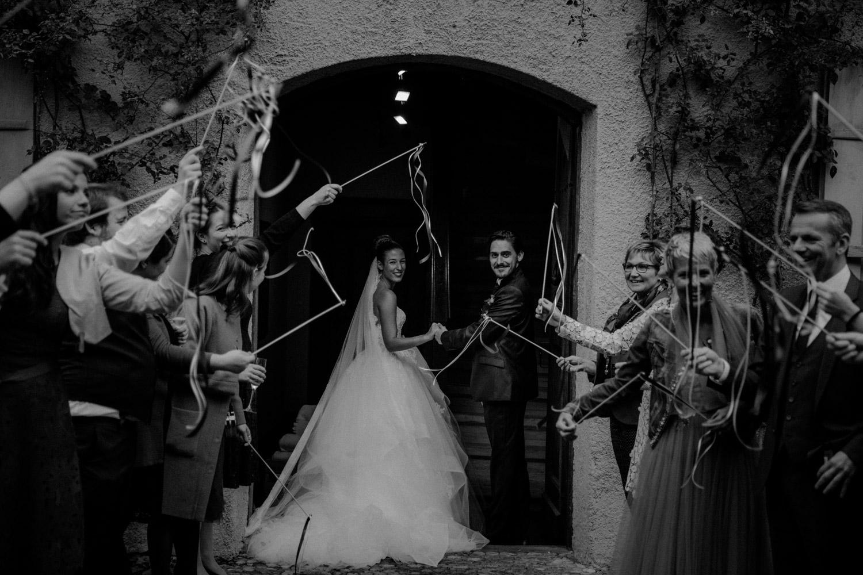 Hochzeitsfotografie Basel Schweiz Schloss Wildenstein Brautpaar Spalier