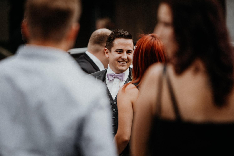 Hochzeitsfotografin Bern Schweiz Interlaken kirchliche Trauung Bräutigam
