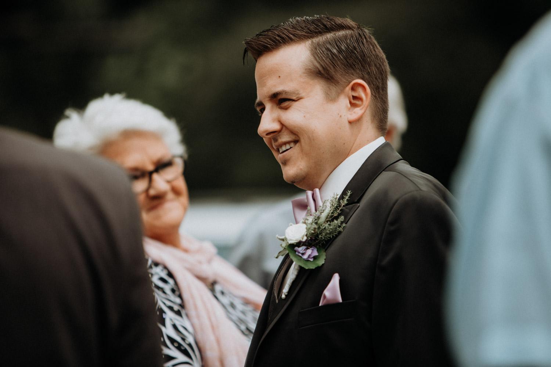 Hochzeitsfotografin Bern Schweiz Interlaken kirchliche Trauung Hochzeitsgäste Bräutigam