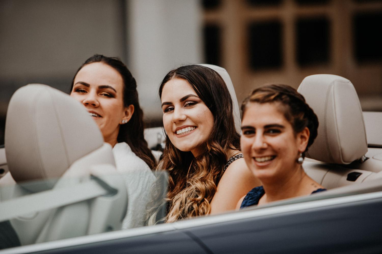 Hochzeitsfotografin Bern Schweiz Interlaken kirchliche Trauung Hochzeitsgäste Trauzeugin Cabriolet
