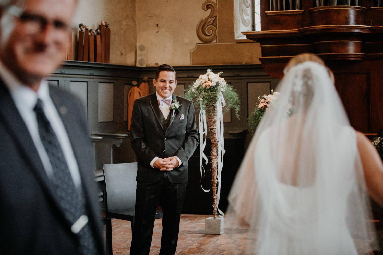 Hochzeitsfotografin Bern Schweiz Interlaken kirchliche Trauung Bräutigam Einzug Braut