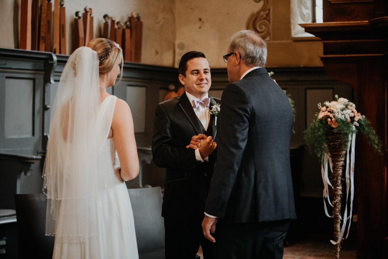 Hochzeitsfotografin Bern Schweiz Interlaken kirchliche Trauung Bräutigam Einzug Braut Brautvater Übergabe