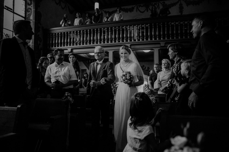 Hochzeitsfotografin Bern Schweiz Interlaken kirchliche Trauung Einzug Braut Vater