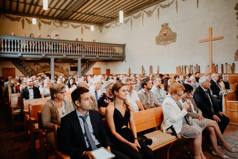 Hochzeitsfotografin Bern Schweiz Interlaken kirchliche Trauung Hochzeitsgäste