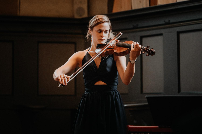 Hochzeitsfotografin Bern Schweiz Interlaken kirchliche Trauung Geigenspielerin