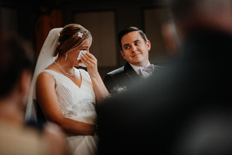 Hochzeitsfotografin Bern Schweiz Interlaken kirchliche Trauung Brautpaar emotional Tränen