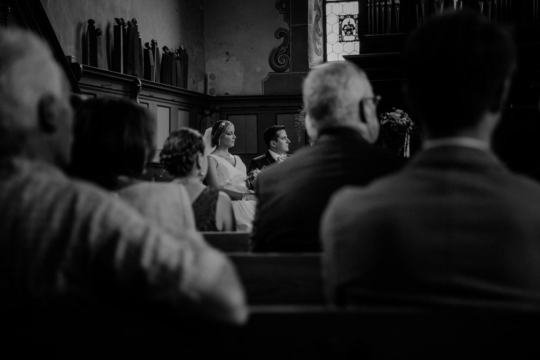 Hochzeitsfotografin Bern Schweiz Interlaken kirchliche Trauung Brautpaar emotional schwarzweiss schwarz-weiss