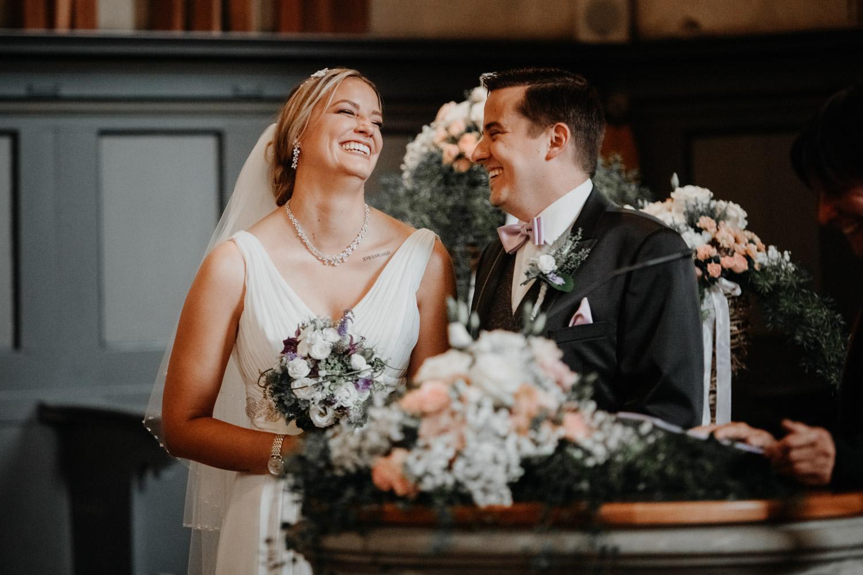 Hochzeitsfotografin Bern Schweiz Interlaken kirchliche Trauung Brautpaar emotional Ja-Wort