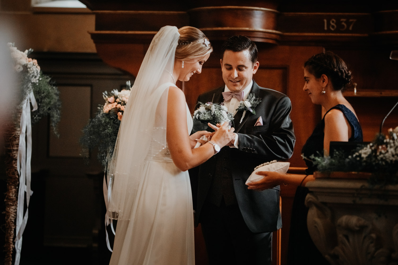 Hochzeitsfotografin Bern Schweiz Interlaken kirchliche Trauung Ringtausch Ringe