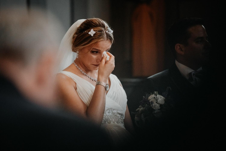Hochzeitsfotografin Bern Schweiz Interlaken kirchliche Trauung Brautpaar emotional Braut Tränen