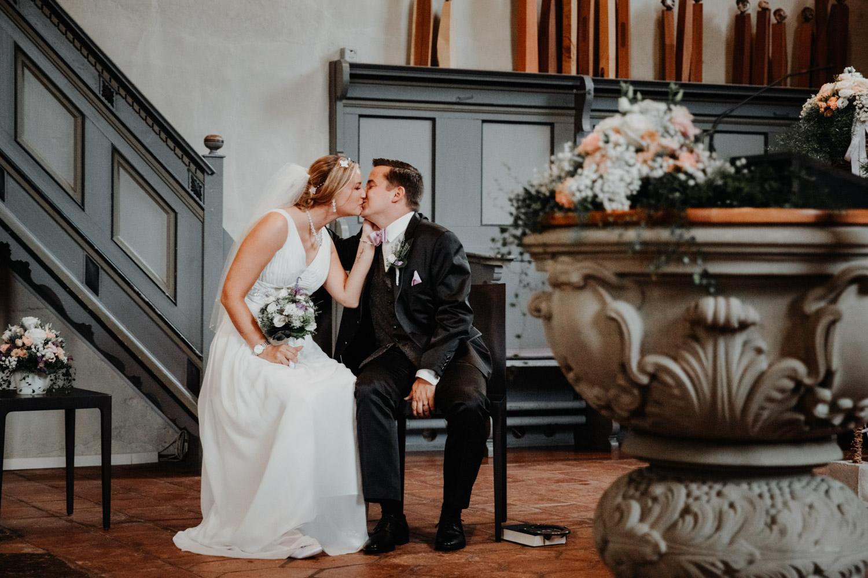 Hochzeitsfotografin Bern Schweiz Interlaken kirchliche Trauung Brautpaar emotional Kuss First Kiss