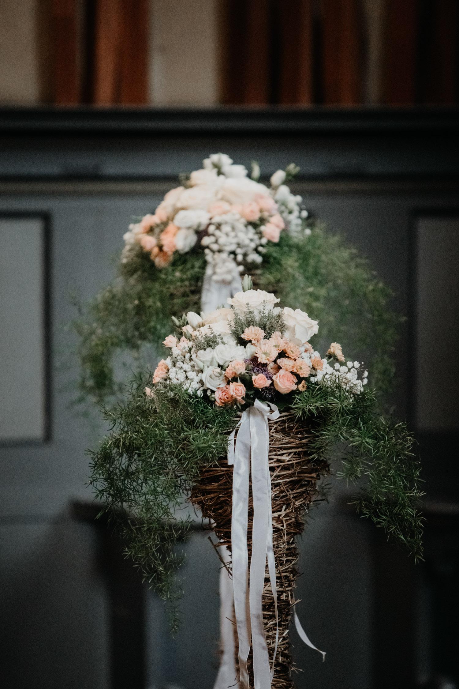 Hochzeitsfotografin Bern Schweiz Interlaken kirchliche Trauung Blumenschmuck Dekoration Details