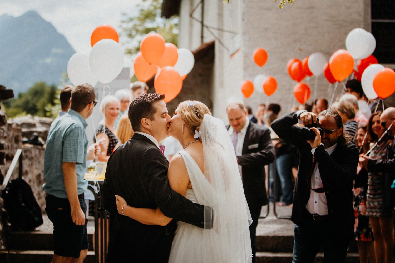 Hochzeitsfotografin Bern Schweiz Interlaken kirchliche Trauung Apéro Ballone