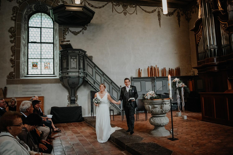 Hochzeitsfotografin Bern Schweiz Interlaken kirchliche Trauung Brautpaar Auszug