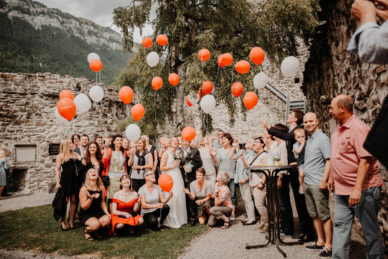 Hochzeitsfotografin Bern Schweiz Interlaken kirchliche Trauung Apéro Hochzeitsgäste Gruppenfoto
