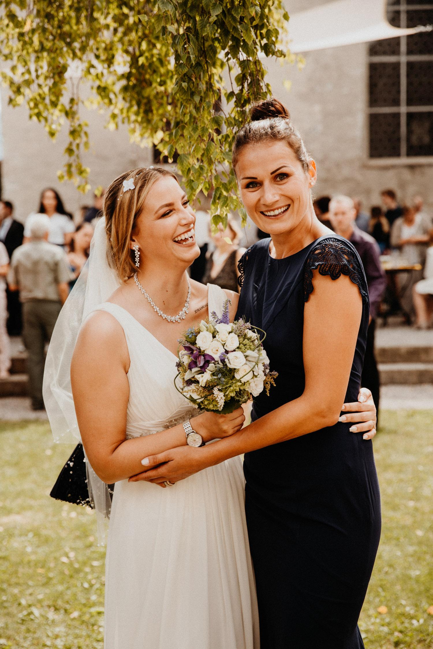 Hochzeitsfotografin Bern Schweiz Interlaken kirchliche Trauung Apéro Braut Trauzeugin