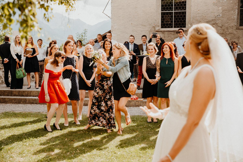 Hochzeitsfotografin Bern Schweiz Interlaken kirchliche Trauung Apéro Brautstrauss werfen