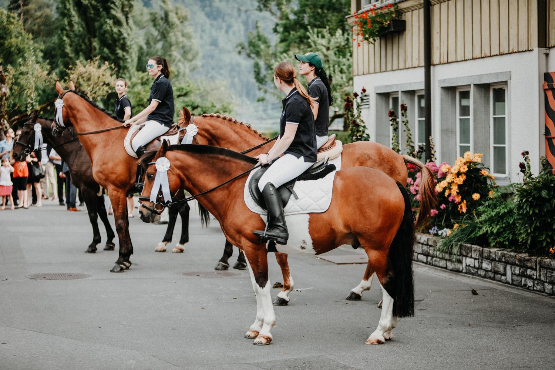 Hochzeitsfotografin Bern Schweiz Interlaken Apéro Hochzeitsgäste Hotel Neuhaus Unterseen Spalier Pferde