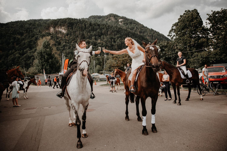 Hochzeitsfotografin Bern Schweiz Interlaken Apéro Hochzeitsgäste Hotel Neuhaus Unterseen Brautpaar auf Pferden