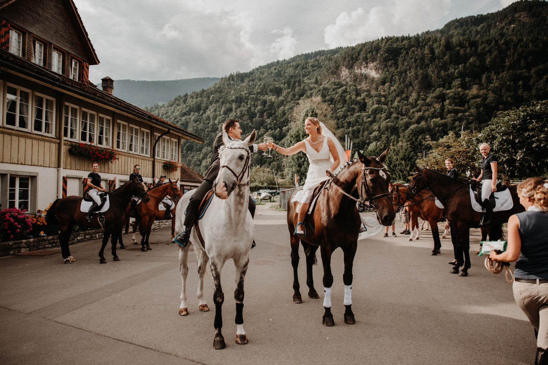 Hochzeitsfotografin Bern Schweiz Interlaken Apéro Hochzeitsgäste Hotel Neuhaus Unterseen reitendes Brautpaar