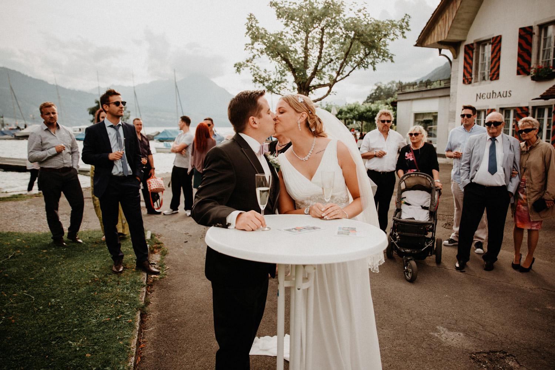 Hochzeitsfotografin Bern Schweiz Interlaken Apéro Hochzeitsgäste Hotel Neuhaus Unterseen Brautpaar Kuss