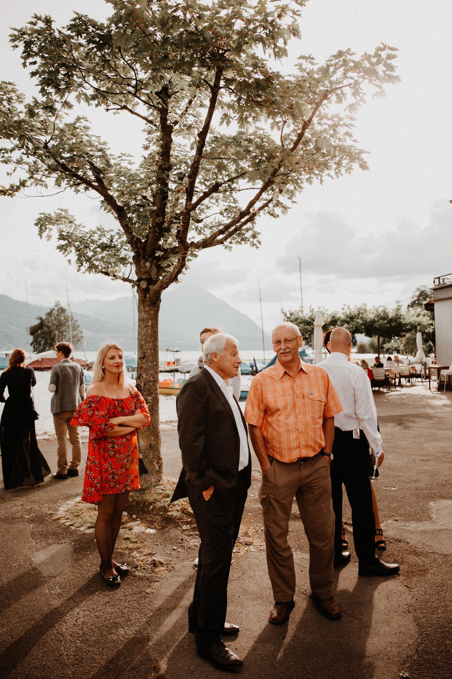 Hochzeitsfotografin Bern Schweiz Interlaken Apéro Hochzeitsgäste Hotel Neuhaus Unterseen